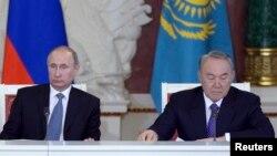 Prezidentlar Nursulton Nazarboyev va Vladimir Putin Yevrosiyo iqtisodiy kengashining o'tgan yilgi sammitida. Moskva, 24-dekabr, 2013-yil.
