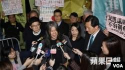 民主派四议员星期五在高等法院外(苹果日报图片)