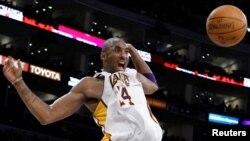 រូបឯកសារ៖ លោក Kobe Bryant នៅក្នុងការប្រកួតបាល់បោះ NBA មួយនៅទីក្រុង Los Angeles រដ្ឋ California កាលពីថ្ងៃទី ៩ ខែមករាឆ្នាំ២០១១។ (REUTERS)