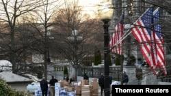 Empleados cargan camiones con las pertenencias de los empleados de la administración saliente en la Casa Blanca, el 14 de enero de 2020.