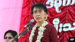 ျမန္မာ့ဒီမိုကေရစီေခါင္းေဆာင္ ေဒၚေအာင္ဆန္းစုၾကည္ နတ္ေမာက္ျပည္သူလူထုကို မိန္႔ခြန္းေျပာၾကားေနစဥ္။ (ဒီဇင္ဘာလ ၈ ရက္၊ ၂၀၁၂)။