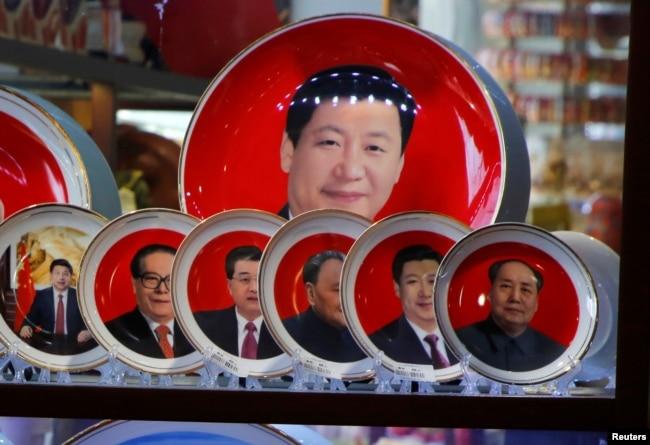 2018年3月1日,北京天安门广场旁边的一家商店出售的中国领导人纪念盘,画面上有三个盘子上有习近平肖像,还有毛泽东、邓小平、江泽民、胡锦涛纪念盘各一个。