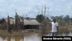 Un village au bord de l'Oubangui englouti par les eaux, à Brazzaville le 24 novembre 2019. (VOA/Arsène Séverin)