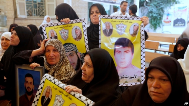 Relatives of Palestinian prisoners held in Israeli jails hold a protest demanding their release in front of the Red Cross office in Gaza City, Oct. 28, 2013.