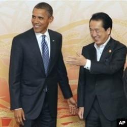 ທ່ານ Naoto Kan ນາຍົກລັດຖະ ມົນຕີຍີ່ປຸ່ນ (ຂວາ) ກຳລັງຕ້ອນຮັບ ທ່ານ Barack Obama ປະທານາ ທິບໍດີສະຫະລັດ ໃນງານສະແດງ ວັດທະນາທຳທີ່ກອງປະຊຸມສຸດຍອດ APEC ທີ່ນະຄອນ Yokohama ວັນທີ 13 ພະຈິກ, 2010.