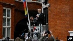 Džulijan Asanž na balkonu ekvadorske ambasade u Londonu 2016.