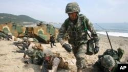 지난해 3월 한국 포항에서 실시된 미-한 연합 독수리 연습에서 한국 군 장병들과 미 해병대가 훈련 중이다. (자료사진)
