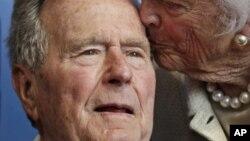 Cựu Tổng thống George H.W. Bush và cựu Đệ nhất Phu nhân Barbara Bush. (AP Photo/Charles Krupa, File)