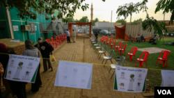 医生、护士和志愿者在喀土穆的沙姆巴特区设立了一个治疗中心。(2020年6月18日)