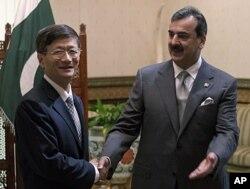 中國公安部長孟建柱與巴基斯坦總理吉拉尼握手