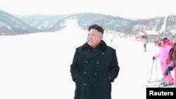 Pemimpin Korea Utara Kim Jong Un mengunjungi resor ski yang baru dibangun di wilayah Masik Pass. (Foto: Reuters/KCNA)