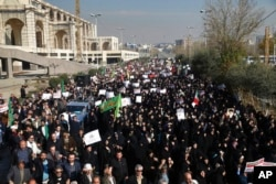 Manifestantes iraníes protestan en Teherán. Dic. 30 de 2017.