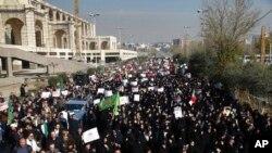 Las manifestaciones antigubernamentales como esta en Teherán, Irán, el 30 de diciembre de 2017, se han extendido a todo el país.