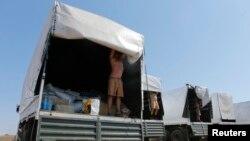 Các lái xe tải trong đoàn xe cứu trợ nhân đạo của Nga trưng ra các vật phẩm trong xe tại một khu trại gần Kamensk-Shakhtinsky, khu vực Rostov, 15/8/2014.