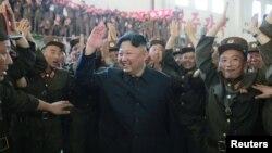 FILE - Pemimpin Korea Utara Kim Jong Un dengan para ilmuwan dan teknisi Akademisi Pertahanan Akademi DPRK setelah peluncuran coba rudal balistik antar benua Hwasong-14 dalam foto dirilis oleh Kantor Berita Pusat Korea Utara Korea Utara (KCNA) di Pyongyang 5 Juli , 2017.