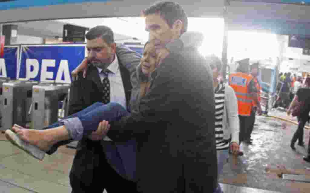 Los mismos viajeros ayudaron a otros pasajeros a evacuar el tren.