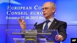 Претседателот на Европскиот совет Херман ван Ромпуј на прес-конференција петокот во Брисел