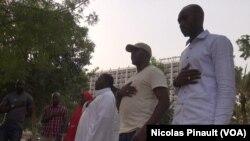 Les membres du mouvement Bring Back Our Girls ont une pensée pour les lycéennes disparues de Chibok, à Unity Fountain, à Abuja, le 7 mars 2016. (VOA/Nicolas Pinault)