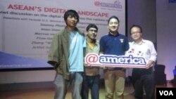 """Para pembicara dalam diskusi bertema """"ASEAN's Digital Landscape"""", di Pusat Kebudayaan Amerika atau @Amerika di Jakarta, Minggu siang (4/12), dari kiri: Arthit Suriyawongkul (Thailand), Iman Usman (Indonesia), Marcus van Geyzel (Malaysia), dan Zheng 'Wil"""