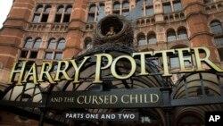 Se convierte así en la octava aventura oficial de Harry Potter y se sitúa 19 años en el futuro.