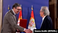 Predsednik Srbije Aleksandar Vučić uručuje orden austrijskom književniku Peteru Handkeu (Foto: RSE/Vesna Anđić)