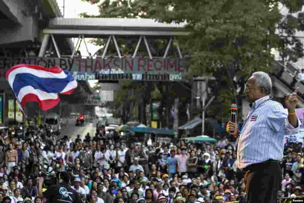 28일 반정부 시위대 지도자 수텝 텅수반이 방콕 중심가에서 시위대를 향해 연설하고 있다.