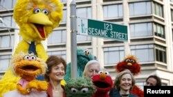 Personajes del programa Plaza Sésamo durante la dedicación de una calle con su nombre en Nueva York.