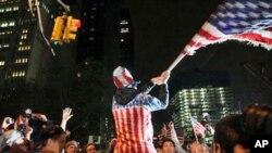 Des New Yorkais célébrant la mort de Bin Laden