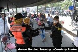 Warga mengantre untuk menjalani tes usap (swap) COVID-19 sebelum masuk wilayah Surabaya. (Foto: Humas Pemkot Surabaya)
