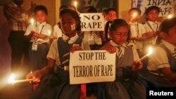 بھارت میں سکول کے طالب علم بچوں پر جنسی حملے کے خلاف احتجاج کر رہے ہیں۔ فائل فوٹو