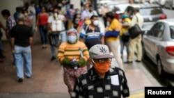 En Guayaquil, una de las ciudades ecuatorianas más golpeadas por el coronavirus, todavía persisten medidas de seguridad.