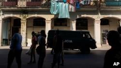 Carro de polícia em Havana Velha, Cuba, 12 de Julho de 2021