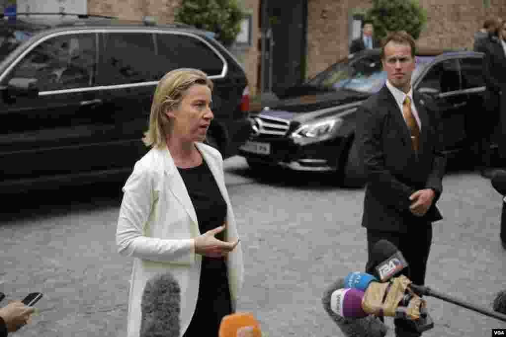 گفتگوی فدریکا موگرینی مسئول سیاست خارجی اتحادیه اروپا با خبرنگاران در مقابل هتل کوبورگ وین محل برگزاری مذاکرات اتمی ایران و گروه ۱+۵