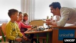 유니세프 친선대사인 영화배우 올랜도 블룸(오른쪽)이 지난 4월 우크라이나 내전 지역을 방문해 현지 어린이들과 만나고 있다.