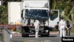 Truk sewaan yang dipakai Mohammed Bouhlel untuk melakukan serangan maut pada perayaan Hari Bastille di kota Nice, Perancis (14/7) lalu.