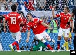 14일 러시아 모스크바에서 열린 2018년 월드컵 개막전 러시아-사우디아라비아 경기에서 러시아의 아르튬 주바 선수가 팀 세 번째 골을 넣고 환호하고 있다.