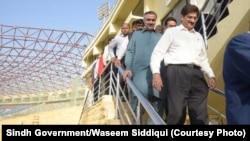 سندھ کے وزیر اعلیٰ مراد علی شاہ اسٹیڈیم میں فائنل میچ کے انتظامات کا جائزہ لے رہے ہیں۔
