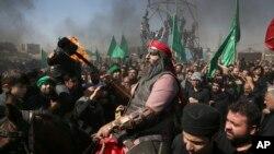 12일 이란 테헤란 남부에서 이슬람 시아파 교도들이 '아슈라' 종교행사를 벌이고 있다.