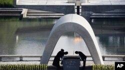 Gradonačelnik Hirošime Kazumi Matsui pored liste stradalih u atomskom napadu
