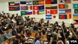 數百名師生和企業家在座(美國之音國符拍攝)