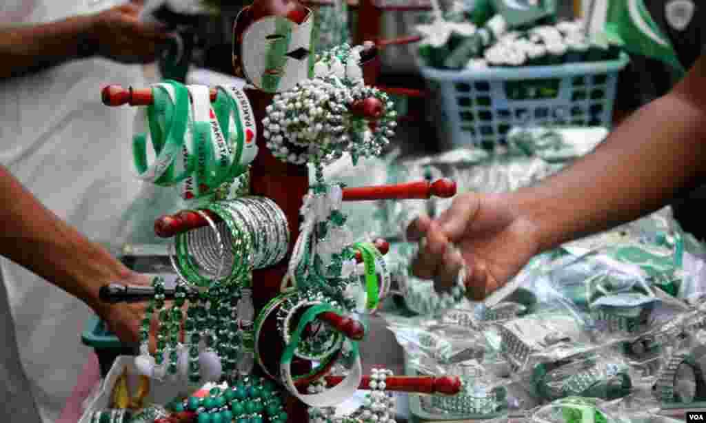 ہرے اور سفید رنگ کی چوڑیاں، بینڈ اور دیگر آئٹمز جو خاص جشن آزادی کے لئے تیار کئے گئے ہیں