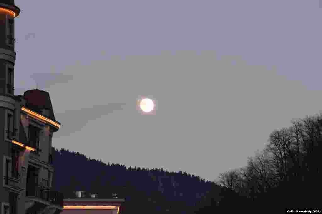 Олимпийская луна чем-то похожа на золотую медаль. Не правде ли?