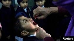 Ana ba wani yaro maganin rigakafin cutar Polio a birnin Lahore dake kasar Pakistan
