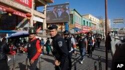 Tư liệu - Thường dân vũ trang tuần tra bên ngoài Khu chợ Hotan ở Hotan, khu tự trị Tân Cương, Trung Quốc, ngày 3 tháng 11, 2017.