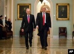El presidente Donald Trump y el líder de la mayoría republicana en el Senado, Mitch McConnell de Kentucky, en el Capitolio, de camino a un almuerzo con legisladores republicanos. Oct. 24, 2017.