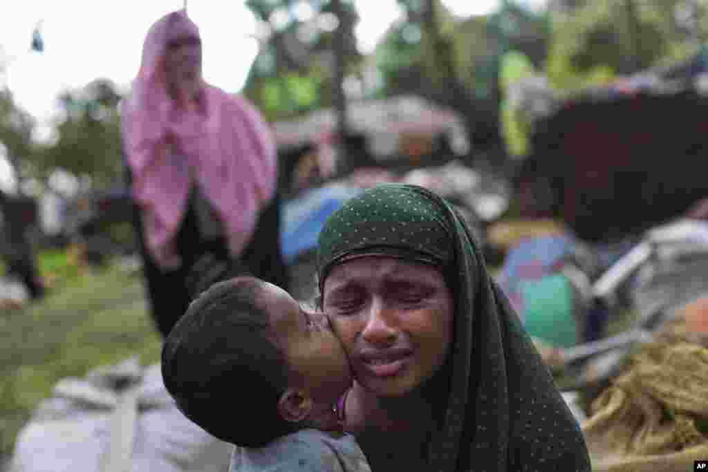 ایک روہنگیا مسلمان بچہ بنگلہ دیش کی سرحد عبور کرنے کے بعد اپنی ماں کا گال چوم رہا ہے
