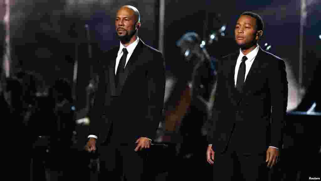 """Common, izquierda, y John Legend luego de cantar """"Glory""""."""