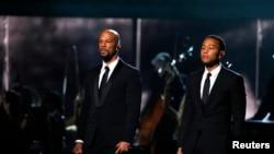 Common(左)和John Legend在第57届格莱美奖颁奖礼上表演电影《塞尔玛》歌曲《荣耀》。(加州洛杉矶,2015年2月8日)