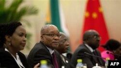 Tổng thống Nam Phi Jacob Zuma, thứ hai từ trái sang, trong 1 cuộc họp song phương với đối tác Trung Quốc Hồ Cẩm Đào ở Hải Nam, Trung Quốc, 13/4/2011