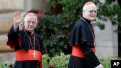 Kardinali iz Brazila Odijo Pedro Šerer (desno) i Heraldo Mahelja Anjelo stižu na današnji sastanak u Vatikanu